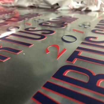 scritte e logotipi in stampa digitale prespaziata su pvc termosaldabili
