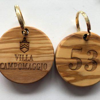 marcatura di portachiave su legno di logotipi al tratto